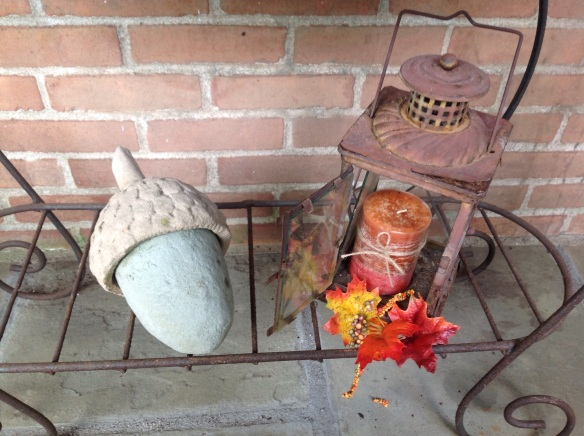 An acorn sculpture and another lantern provide more seasonal accents in the conversation area.